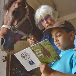 ילדים בקנדה מקריאים ספרים לסוסים